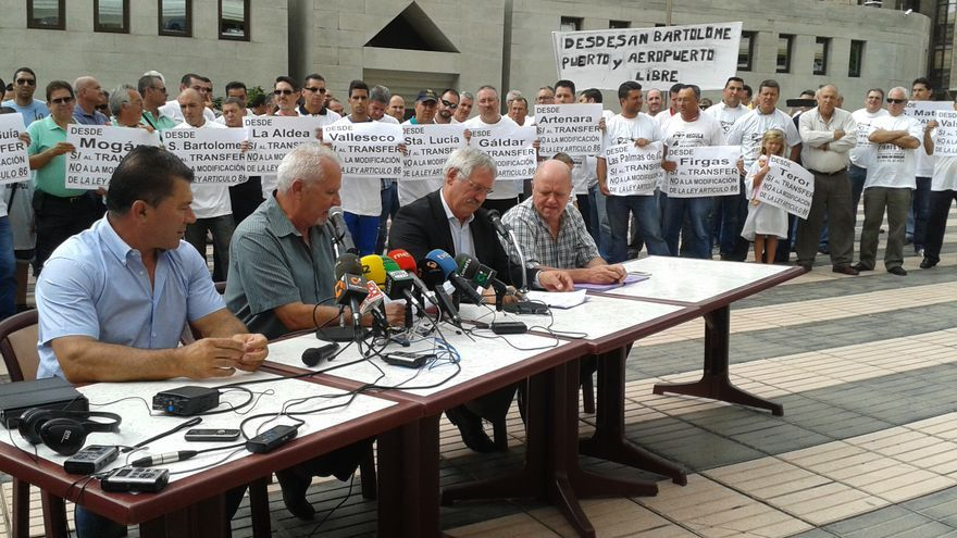 Representates de los taxistas protestan frente a la sede del Gobierno canario en Las Palmas de Gran Canaria.
