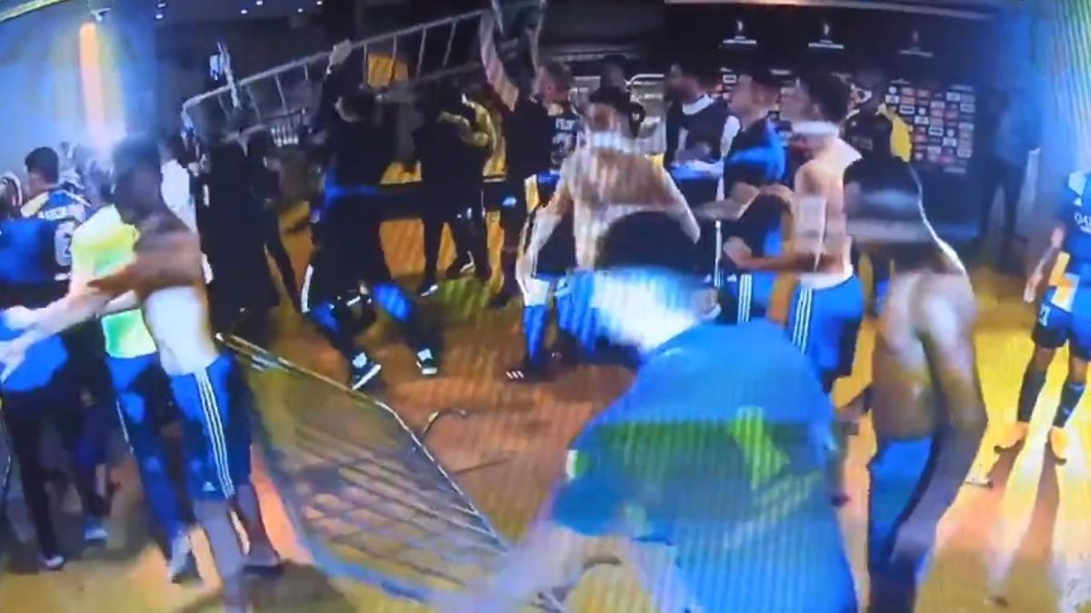 Los jugadores de Boca en los pasillos del estadio en plena pelea con personal de seguridad brasileños.