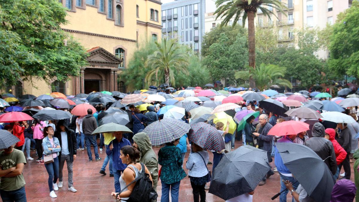 Ciudadanos esperando para votar en el recinto de la Escola Industrial, el 1 de octubre de 2017