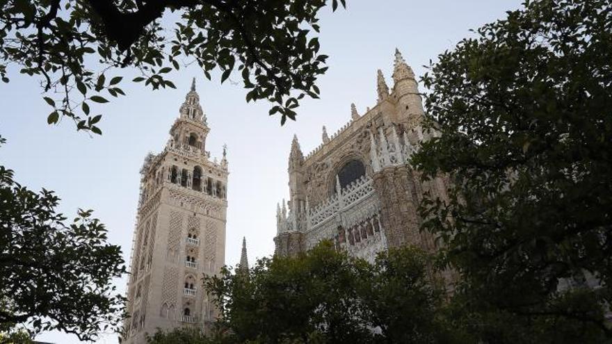 Vista general de la Catedral de Sevilla con la cara oeste de la Giralda restaurada.