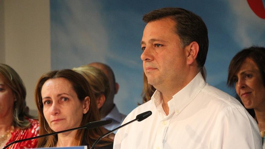 Manuel Serrano, el candidato del PP a la Alcaldía de Albacete, con gesto serio tras el fin del escrutinio.