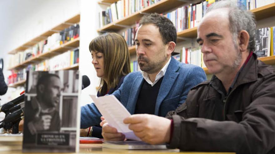 Denis Itxaso durante la presentación de su libro 'Crónicas en la frontera' acompañado por Idoia Mendia y Felipe Juaristi. Foto: PSE.