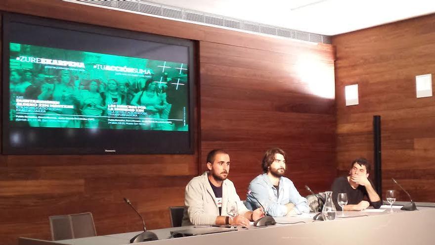 Los miembros de las juventudes del SAT, Curro Moreno y Javier García Fernández, ofrecen una charla en San Sebastián