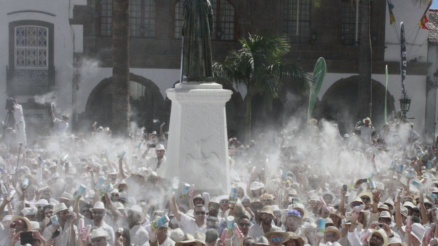 Concentración de 'indianos' en la Plaza de España.
