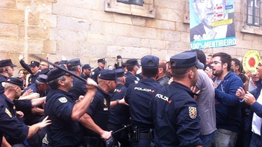 Las protestas contra los recortes y la visita de Merkel se saldan con varios heridos en cargas policiales en Santiago