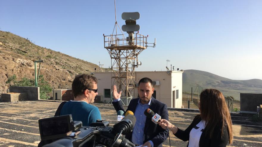 El senador Joel Delgado, junto a uno de los radares del SIVE
