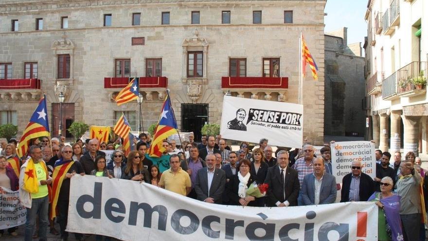 Los alcaldes de Bellpuig y Tàrrega se niegan a declarar apoyados por centenares de personas