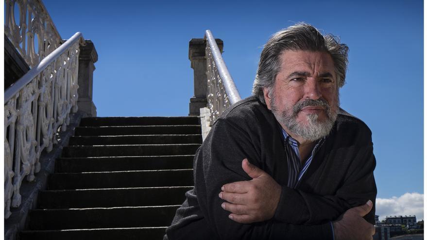 Jesús Eguiguren, en una de las escaleras de acceso a la playa de La Concha, en San Sebastián.