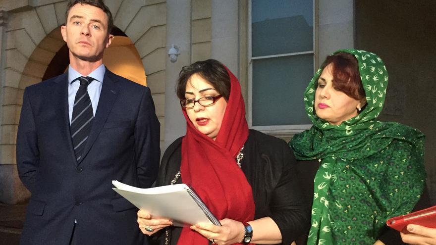 Desde la izquierda, el abogado de la familia y la dos hermanas de Bijan Ebrahimi, Manizhah Moore y Ladin Ebrahimi, leen un comunicado después del fallo del tribunal que condenó a dos policías por mala conducta. EFE
