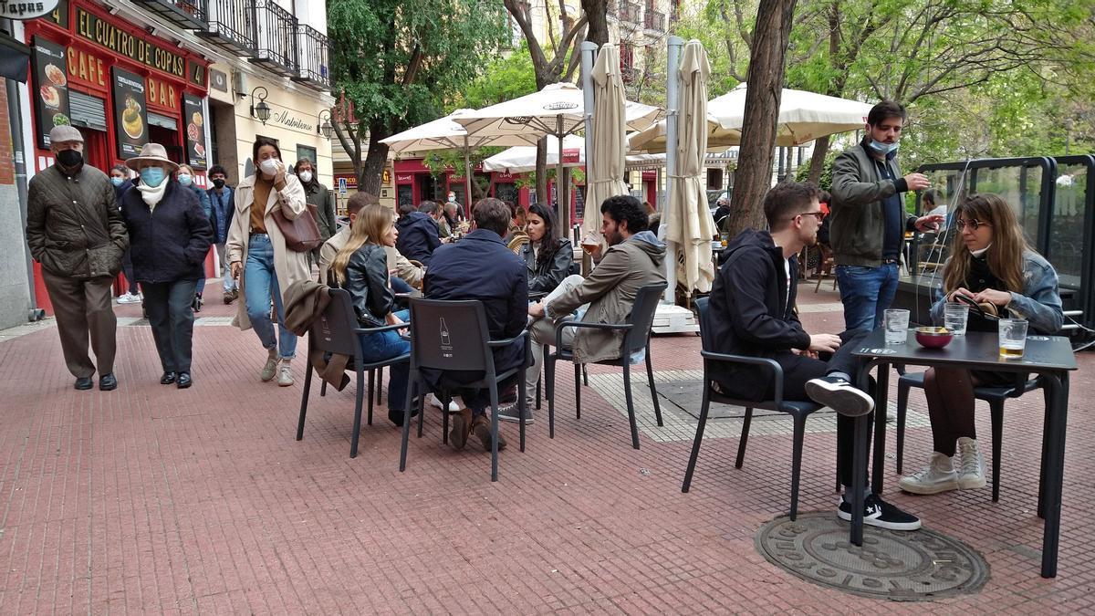 Terrazas en la plaza de Olavide, durante el confinamiento de Eloy Gonzalo