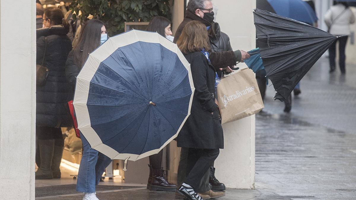 Dos cordobesas cerrando su paraguas