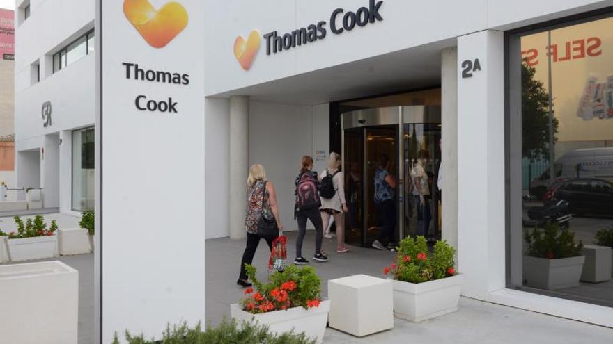 Varias personas acceden a las oficinas centrales del turoperador británico Thomas Cook.