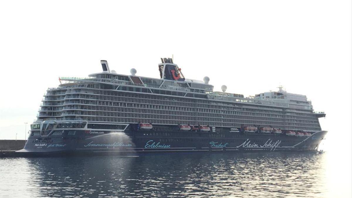 Imagen del buque 'Mein Schiff 2', el pasado 18 de noviembre de 2020, en el Puerto de Santa Cruz de La Palma.