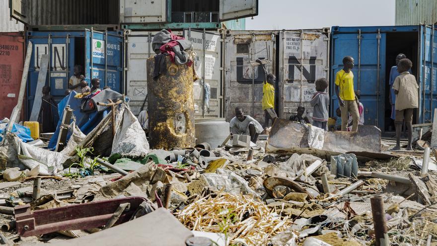 Parte de la población desplazada tiene que emplear contenedores como vivienda. Las zanjas y los callejones estrechos que separan las tiendas comunitarias (que acogen a grupos de más de 50 personas) están repletas de lodo y agua estancada. Fotografía: Anna Surinyach/MSF