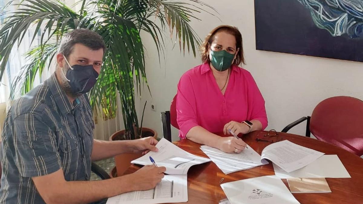 Firma del contrato de la empresa con la presidenta del Imdeec