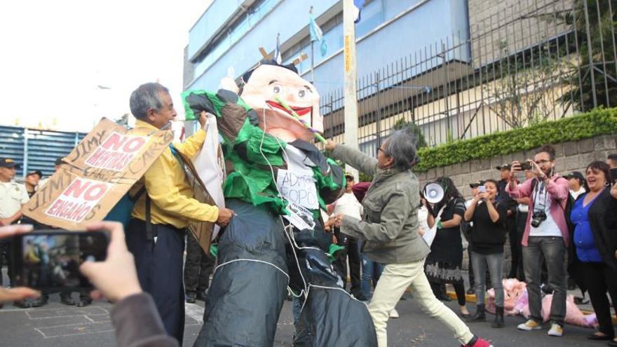 Manifestantes impiden la investidura al Parlacen del expresidente de Guatemala