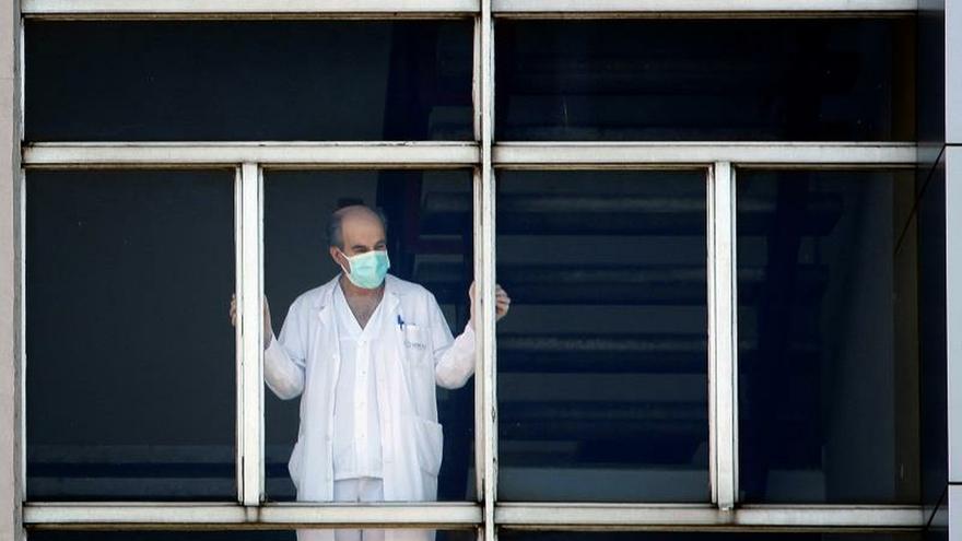Un trabajador sanitario, en el Hospital Universitario de A Coruña