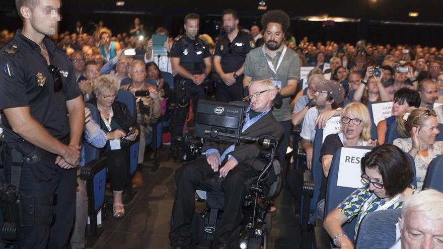 La detenida por acosar a Hawking podría ser acusada de amenazas graves
