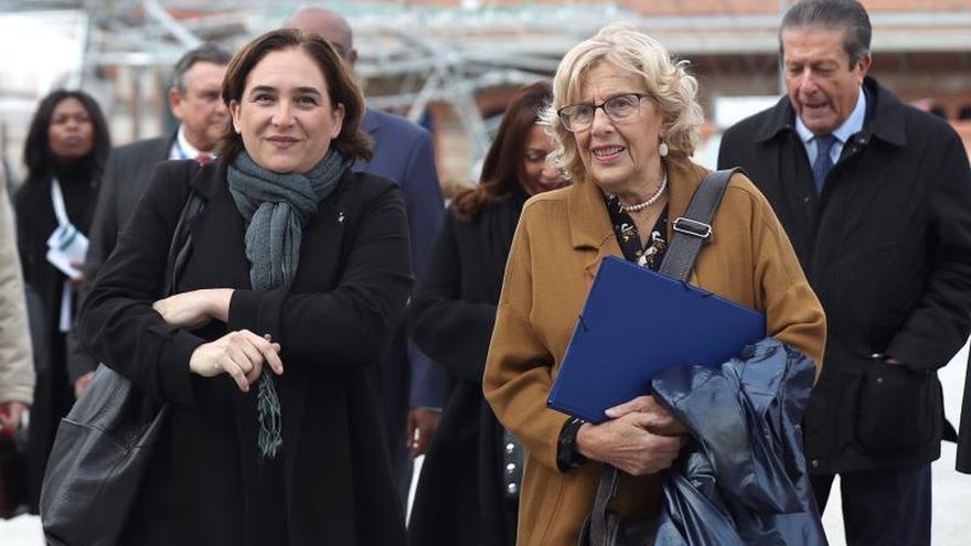 Carmena y Colau abordarán la crisis de refugiados con alcaldes en Roma