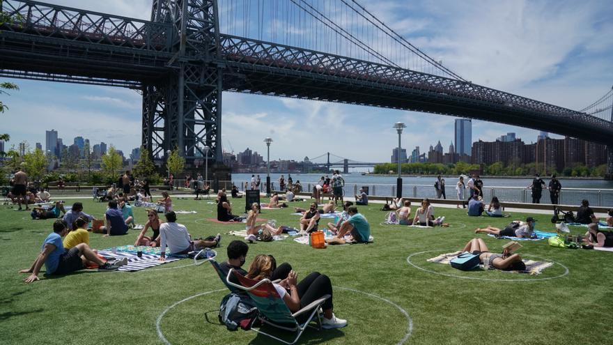 Varias personas disfrutan del buen tiempo en el Domino's Park de Brooklyn, Nueva York, este 16 de mayo