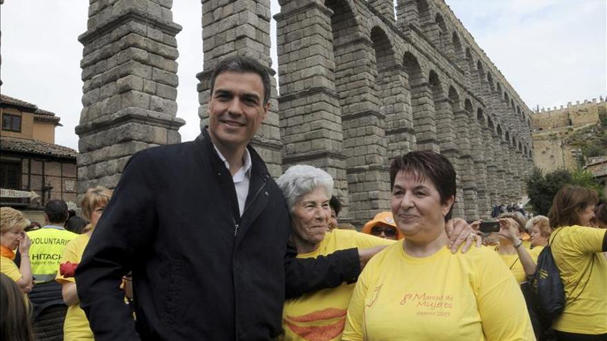 Pedro Sánchez reparte besos y posados en una marcha de mujeres en Segovia