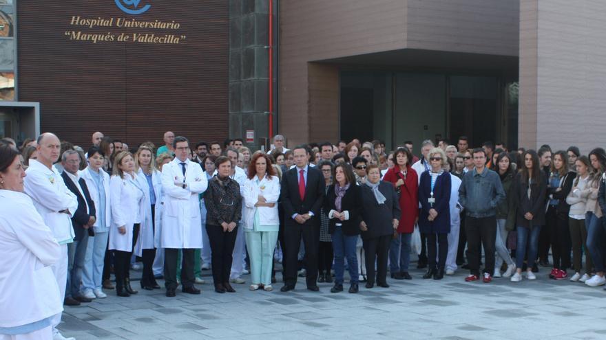 Concentración convocada en las puertas del Hospital Marqués de Valdecilla.