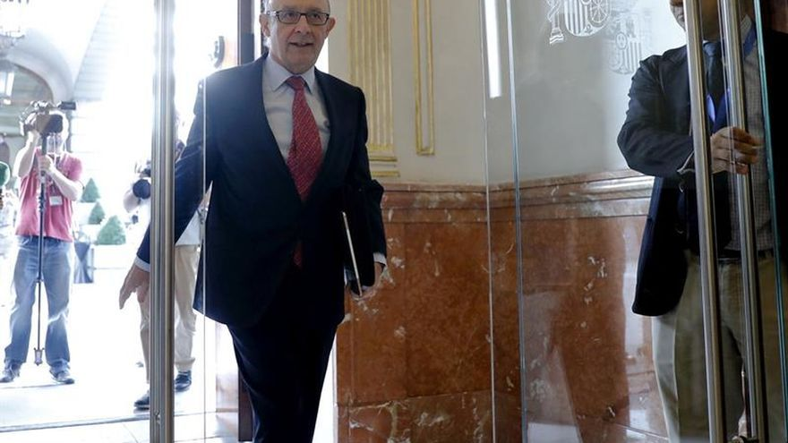 El ministro de Hacienda, Cristóbal Montoro, llega al pleno del Congreso