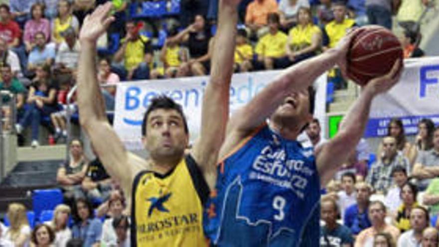 Sam Van Rossom, del Valencia Basket y el pívot del Iberostar Tenerife, Blagota Sekuli en una acción bajo la canasta durante un encuentro de la pasada campaña.