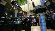 Corredores de Bolsa trabajan en el parqué bursátil de Nueva York