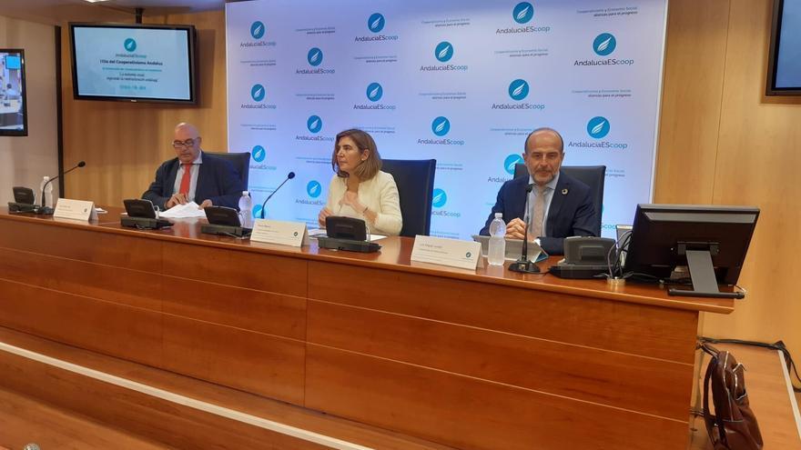 Juan Rafael Leal Rubio, presidente de AndalucíaEScoop, y Luis Miguel Jurado, presidente de FAECTA, flanquean a la consejera de Empleo, Rocío Blanco