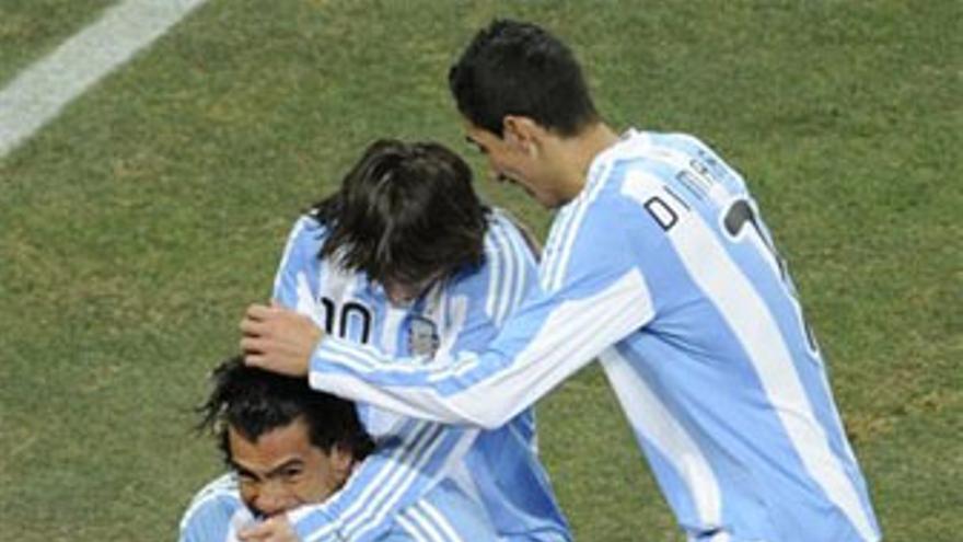 Los argentinos celebran uno de los tantos. (EP)