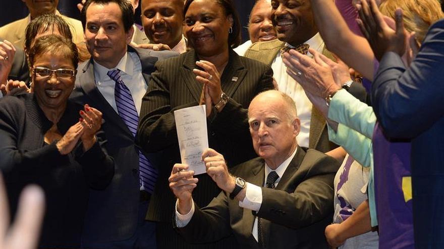 Clinton recibe el apoyo del gobernador de California a una semana de las primarias