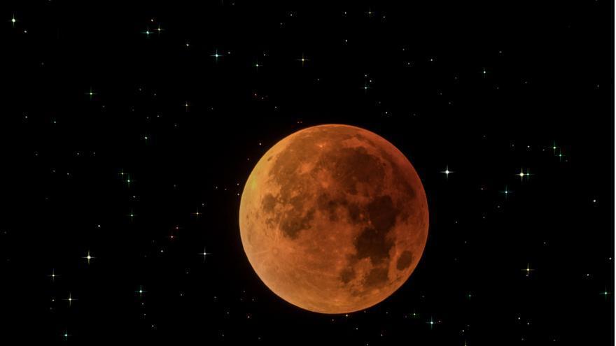 Eclipse total de Superluna del año 2015.Durante la totalidad la Luna no desaparece de la vista, sino que adquiere una tonalidad rojiza. La atmósfera de la Tierra, que se extiende unos 80 km más allá del diámetro terrestre, actúa como una lente, desviando la luz del sol, al tiempo que filtra eficazmente sus componentes azules, dejando pasar solo luz roja que finalmente será reflejada por la Luna, dándole un resplandor cobrizo característico. Imagen HD https://flic.kr/p/z6yXFG Crédito: Juan Carlos Casado - starryearth.com.