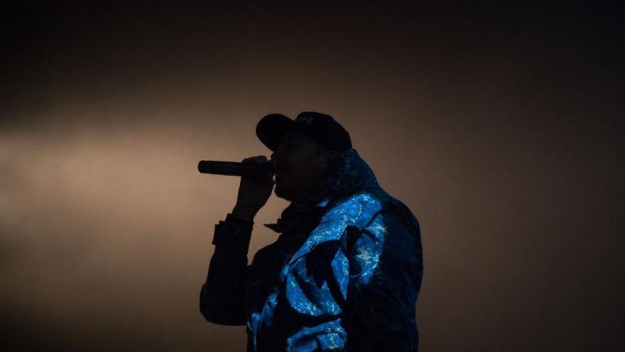 Silueta de un rapero cantando