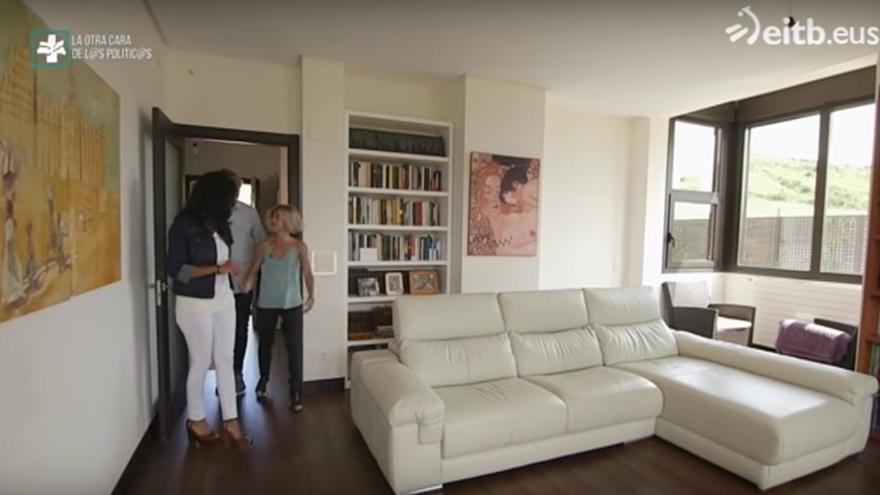 La candidata de Elkarrekin Podemos, Pilar Zabala, enseña su casa en un programa de EiTB.