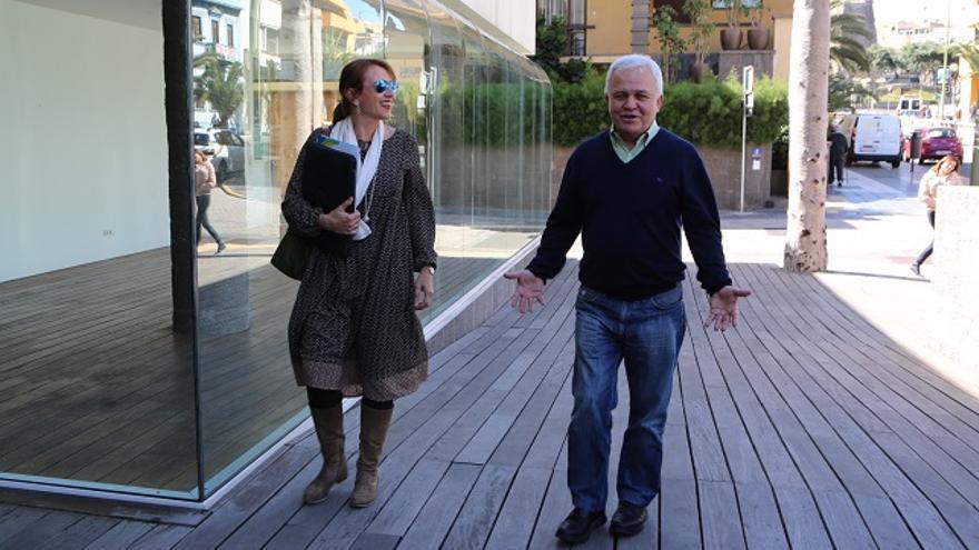 La consejeros de Nueva Canarias en el Cabildo de Gran Canaria Inés Jiménez y Carmelo Ramírez antes de reunirse con PSOE y Podemos.