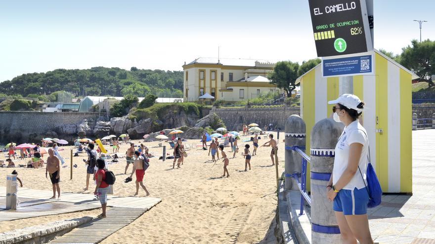 Archivo - Imagen de archivo. Control de aforos en las playas de Santander