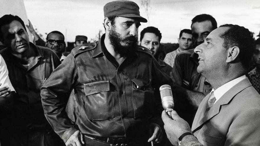 Fidel Castro habla con el ministro de Alimentación José Naranjo a principios de los 60