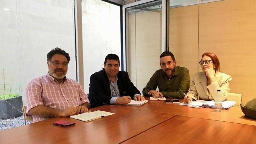 La concejala de Vivienda de La Laguna, Elvira Jorge, y el concejal de Bienestar Social, Rubens Ascanio, mantienen un encuentro con el gerente de Muvisa, Carlos Díaz.