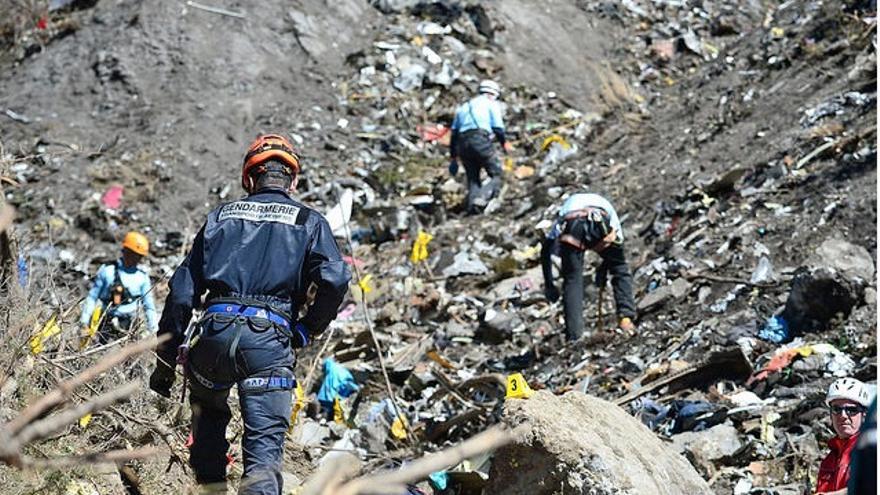Miembros del operativo especial para el rescate de los restos del avión de Germanwings, trabajando en la zona de los Alpes del siniestro