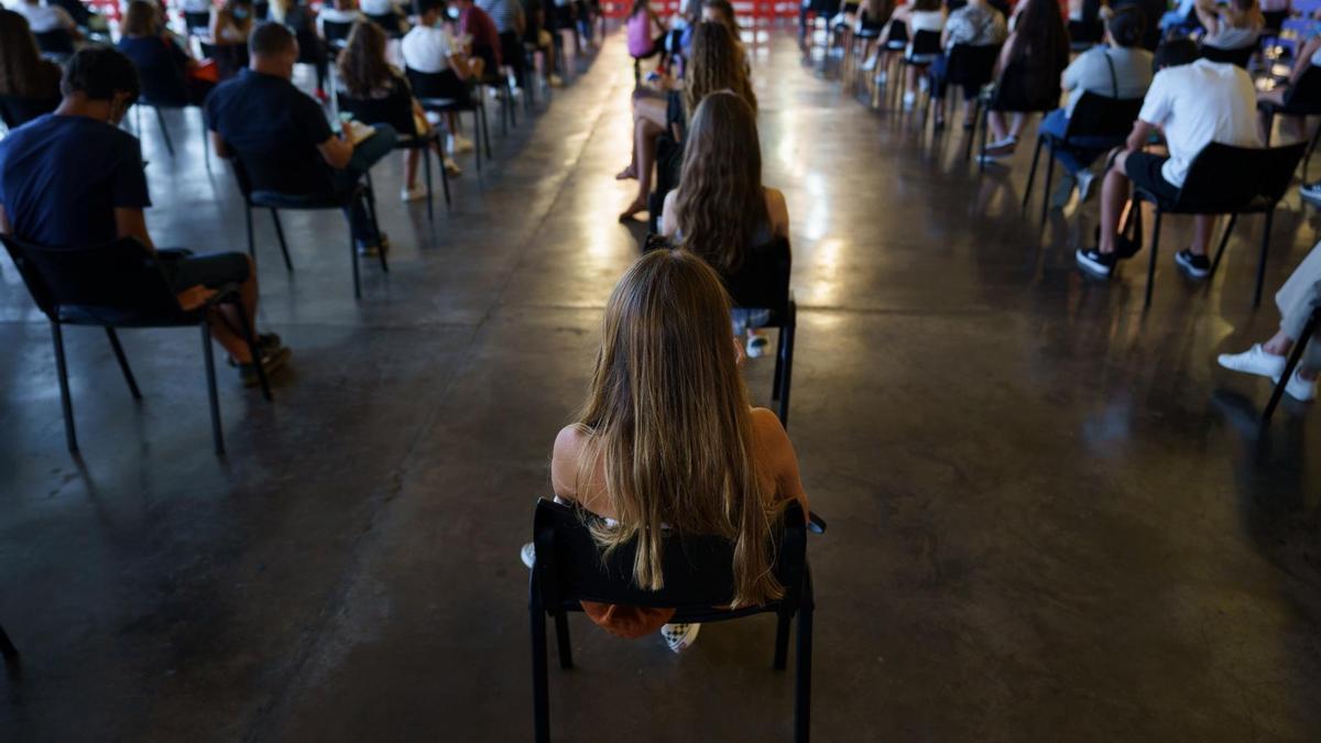 Menores de edad, acompañados de algún padre, esperan a vacunarse contra la COVID en el Recinto Ferial de Santa Cruz de Tenerife.