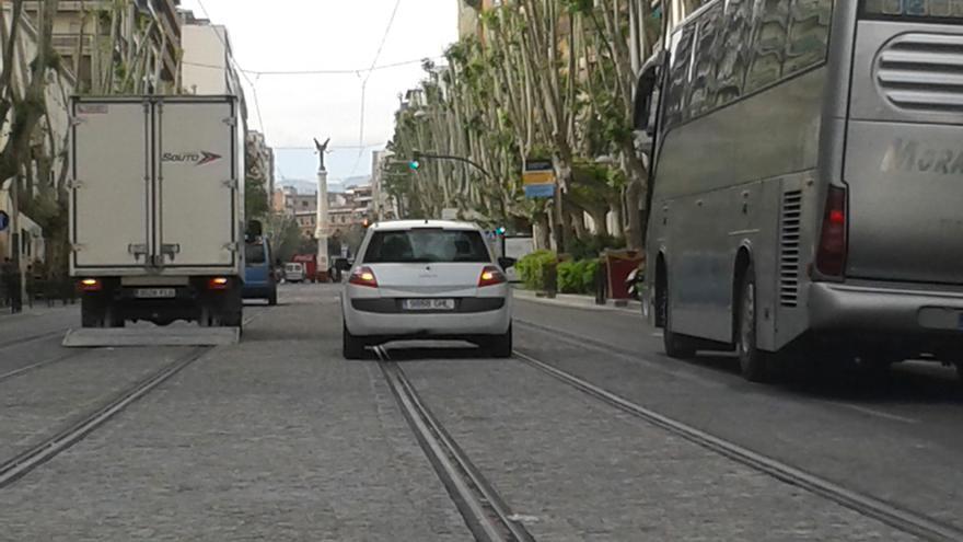 Vehículos estacionados sobre el trazado del tranvía en Jaén.