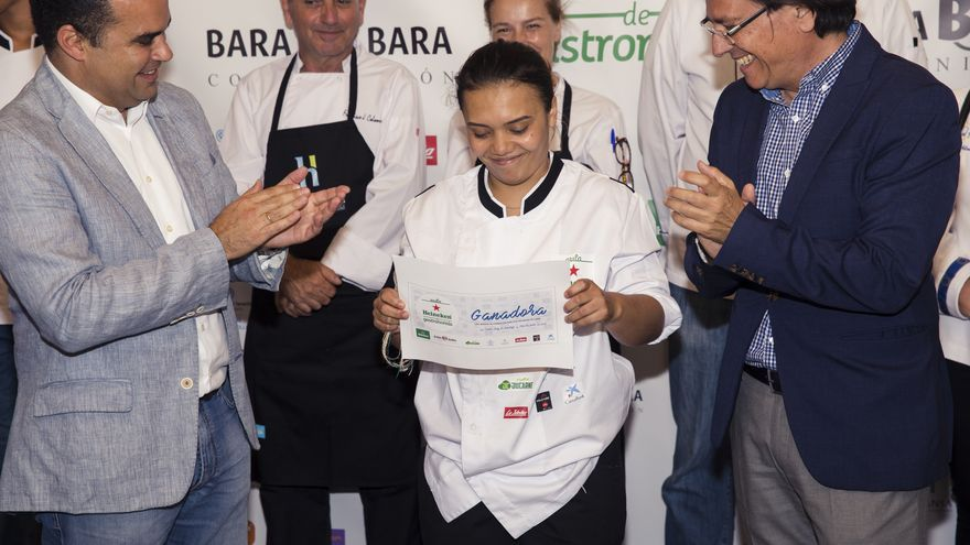 Yenni Valenzuela, en el centro de la imagen, durante la recepción del premio este domingo en el Hotel Escuela de Santa Cruz