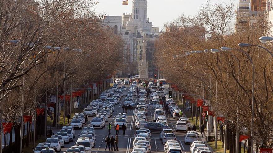 Vista del Paseo de la Castellana por donde los taxistas madrileños trasladan este domingo su centro de operaciones
