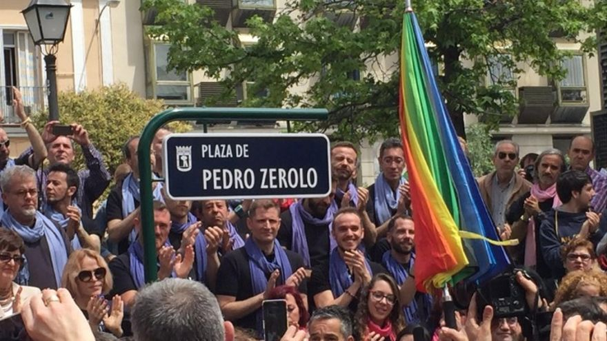 Plaza de la nueva plaza Pedro Zerolo de Madrid, en el acto de homenaje de este sábado. | Foto: @patxilopez.