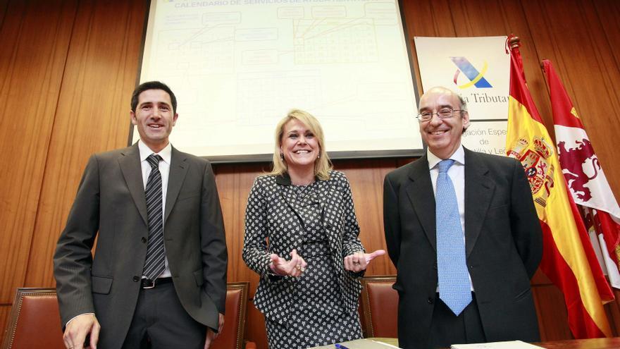 La delegada especial de la Agencia Estatal de Administración Tributaria en Castilla y León, Georgina de la Lastra (c), durante la presentación de la declaración de la renta 2013 en Valladolid./ EFE: R. García.