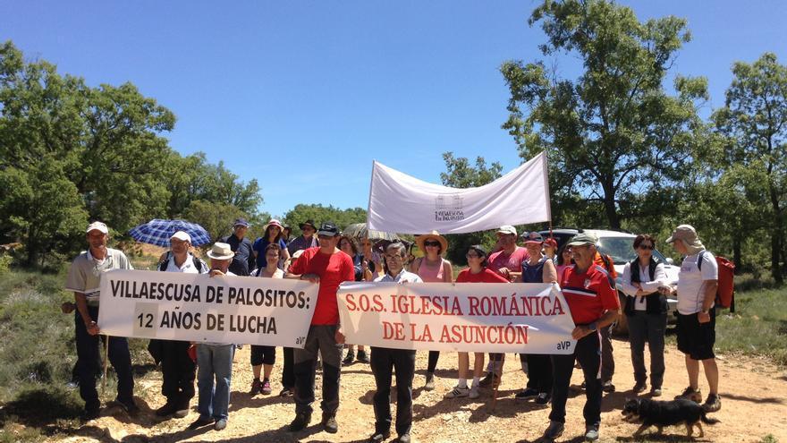 Vecinos del pueblo y miembros de la Asociación de amigos del Camino de Santiago en la XII Marcha de las Flores