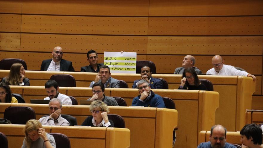 Carles Mulet le enseña a Mariano Rajoy en el Senado una pancarta con los papeles de Bárcenas
