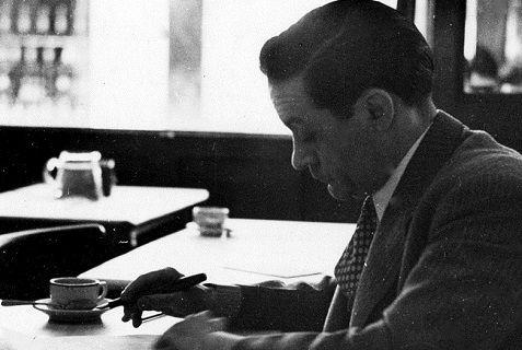 Enrique Jardiel Poncela escribiendo en el Café Castilla
