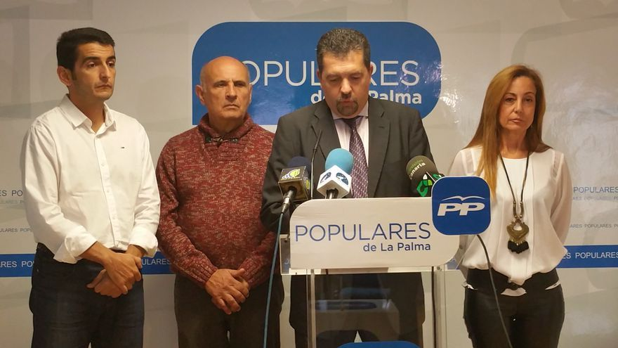 Juan José Cabrera Guelmes (c) este lunes junto a sus compañeros de grupo. Foto: LUZ RODRÍGUEZ.